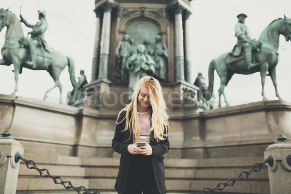 Mulher jovem telefone móvel rua Viena Áustria telefone Foto stock © boggy