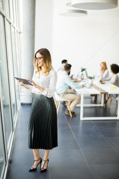 Elegante mujer de negocios pie oficina digital tableta Foto stock © boggy