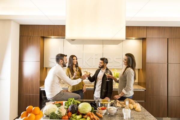 Młodych ludzi białe wino kuchnia kobiet szkła Zdjęcia stock © boggy