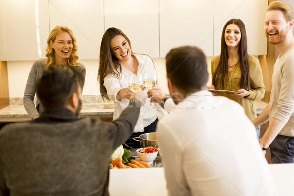 Jongeren witte wijn moderne keuken voedsel Stockfoto © boggy