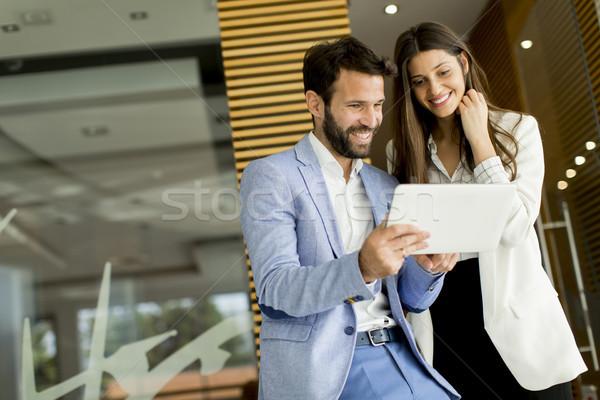 Knap tablet moderne kantoor vrouw Stockfoto © boggy