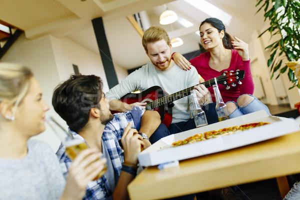 Grupy młodych ludzi pizza strony pokój szczęśliwy Zdjęcia stock © boggy