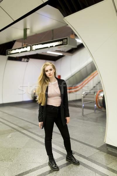 Femme permanent métro gare attente métro Photo stock © boggy