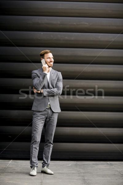 Knap zakenman mobiele telefoon kantoorgebouw jonge telefoon Stockfoto © boggy