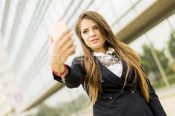 Jonge vrouw mobiele telefoon vrouw meisje telefoon Stockfoto © boggy