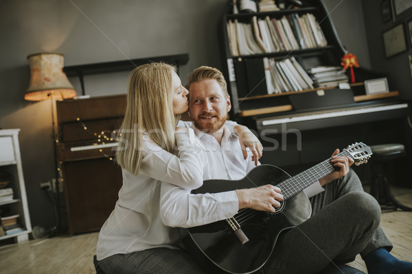 Man spelen akoestische gitaar jonge mooie vrouw vrouw Stockfoto © boggy