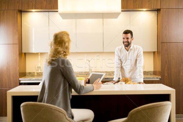 Jonge vrouw keukentafel man voedsel home Stockfoto © boggy