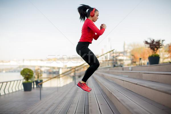 Stock fotó: Fiatal · nő · ugrik · szabadtér · sportos · égbolt · boldog