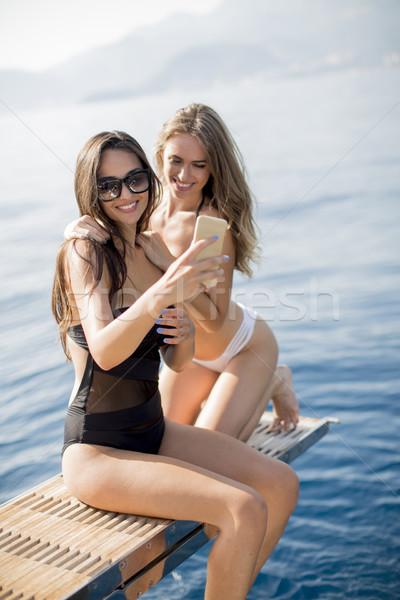 Kettő csinos fiatal nők elvesz vakáció jacht Stock fotó © boggy