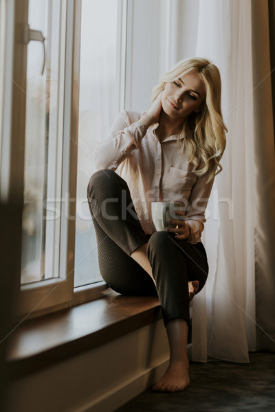 Zdjęcia stock: Młoda · kobieta · pitnej · kawy · okno · relaks