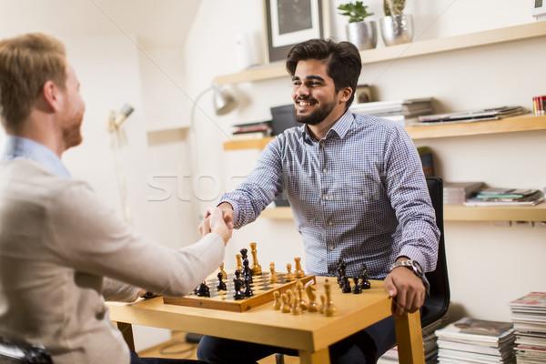 Hombres jugando ajedrez dos los hombres jóvenes habitación Foto stock © boggy