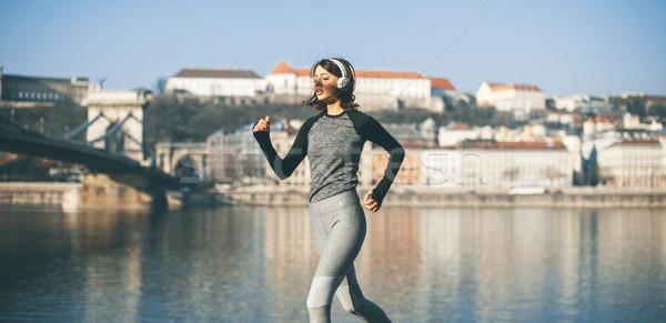 Donna abbigliamento sportivo esecuzione danubio fiume passeggiata Foto d'archivio © boggy