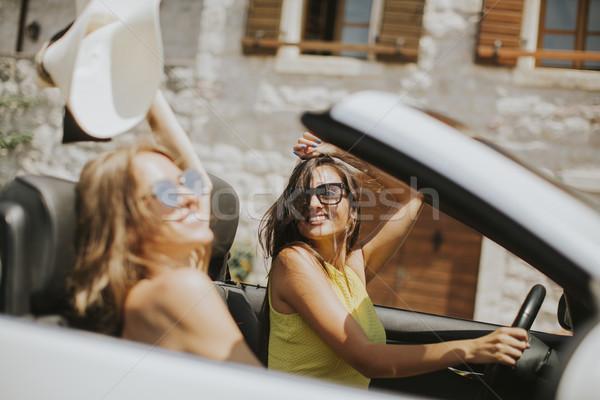 Dość młodych kobiet biały kabriolet samochodu jazdy Zdjęcia stock © boggy