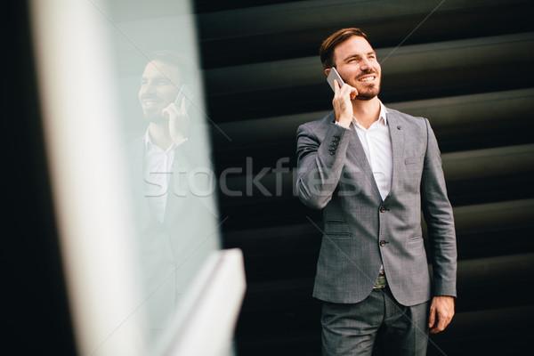 Jóvenes empresario teléfono móvil edificio de oficinas guapo negocios Foto stock © boggy