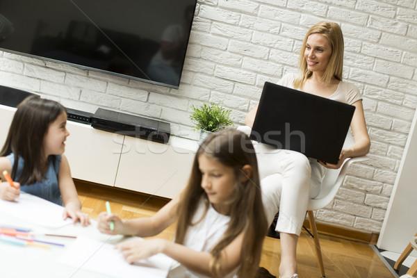 Kislányok rajzolt szoba anya laptop üzlet Stock fotó © boggy