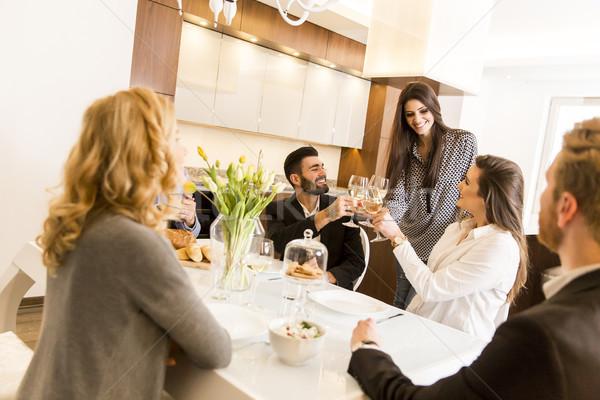 Vrienden maaltijd eettafel toast witte wijn voedsel Stockfoto © boggy