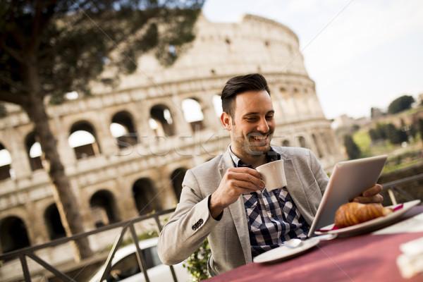 Férfi ül csésze kávé Róma Olaszország Stock fotó © boggy