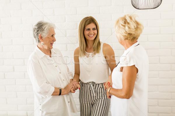 портрет улыбающаяся женщина бабушки внучка домой семьи Сток-фото © boggy