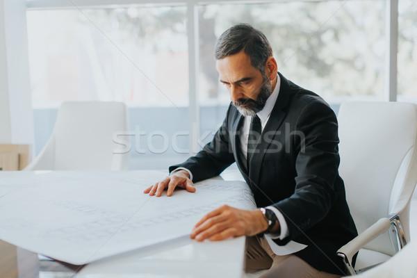 Jóképű középkorú üzletember néz tervek modern Stock fotó © boggy