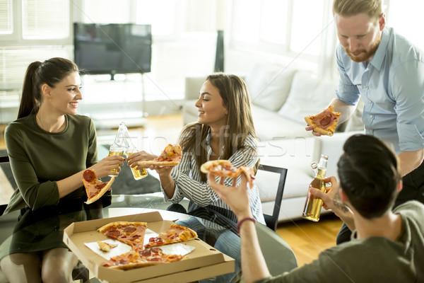 Сток-фото: группа · молодые · люди · еды · пиццы · комнату