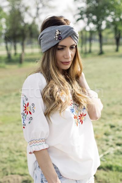 Portret jonge vrouw tulband hoofd poseren outdoor Stockfoto © boggy