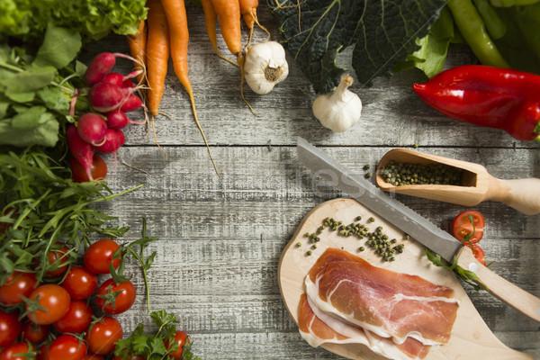Frische Lebensmittel Tabelle Messer Olivenöl frischen Schinken Stock foto © boggy
