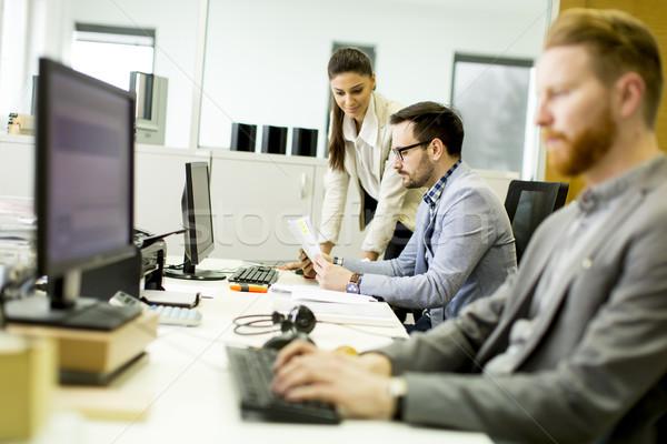 Jeunes travail modernes bureau affaires Photo stock © boggy