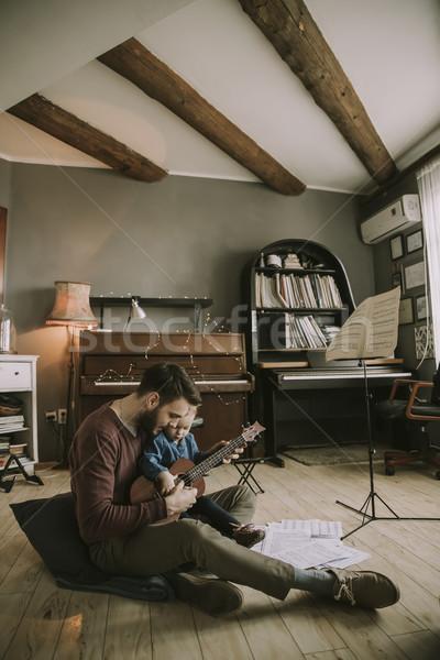 Pai ensino filha jogar guitarra casa Foto stock © boggy