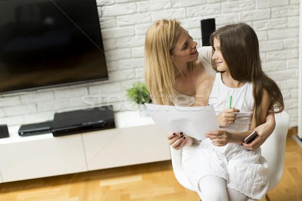 Aile hayatı anne kız bakıyor çizim ev Stok fotoğraf © boggy