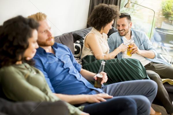 Gruppo amici guardare tv bere sidro Foto d'archivio © boggy