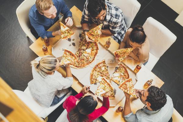 Młodych ludzi jedzenie pizza pitnej jabłecznik grupy Zdjęcia stock © boggy