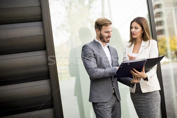 Jungen Geschäftsleute sprechen Dokumente Freien Business Stock foto © boggy