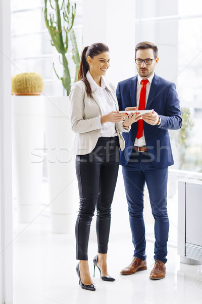 Giovani uomini d'affari parlando digitale tablet ufficio Foto d'archivio © boggy