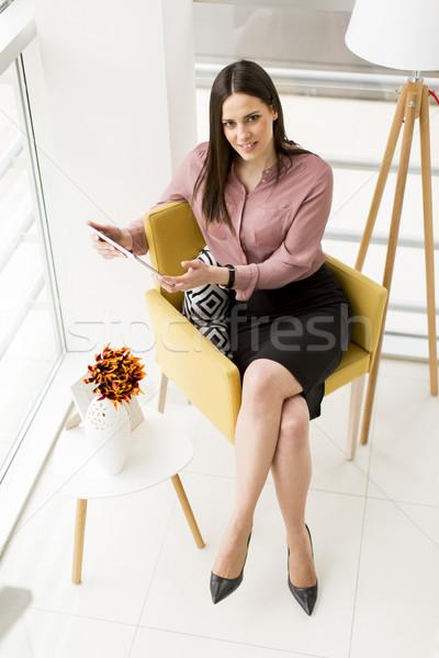 Stockfoto: Jonge · zakenvrouw · vergadering · stoel · tablet