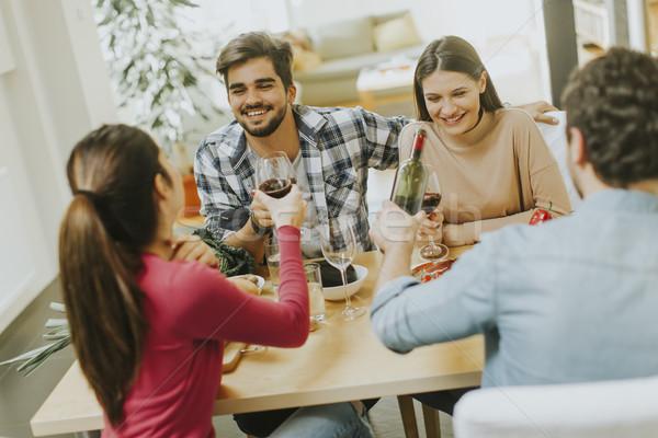 Grupy młodych ludzi pitnej wina pokój wino czerwone Zdjęcia stock © boggy