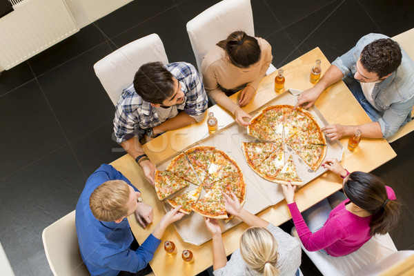 Groupe jeunes manger pizza potable cidre Photo stock © boggy