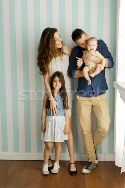 Jóvenes familia bebé nina pie pared Foto stock © boggy
