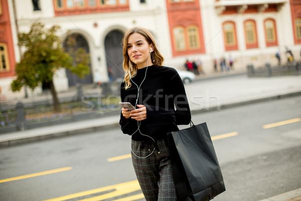 Mulher jovem espera táxi ônibus rua cidade Foto stock © boggy
