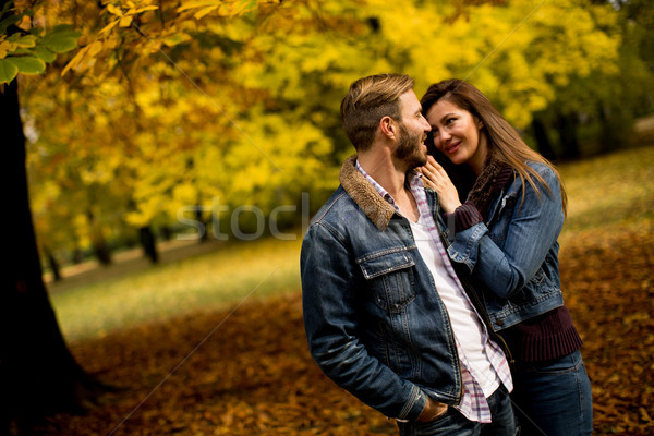 Liefhebbend paar najaar park tederheid vrouw Stockfoto © boggy