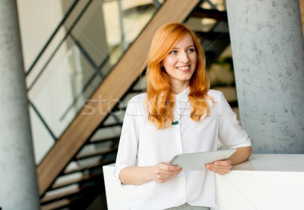 Csinos fiatal vörös haj nő digitális tabletta Stock fotó © boggy
