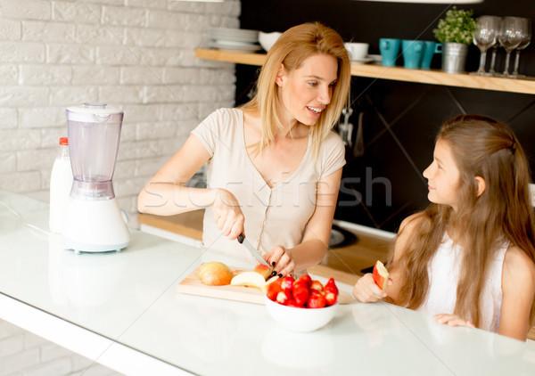 Moeder dochter gezonde smoothie vers vruchten Stockfoto © boggy