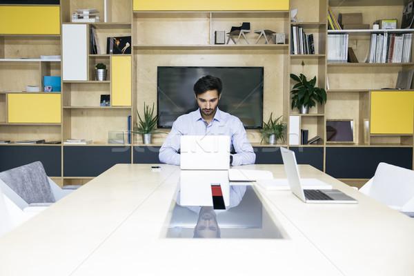 Di successo giovani imprenditore digitando laptop lavoro Foto d'archivio © boggy