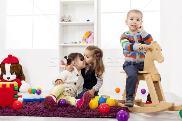 Gyerekek játszanak szoba otthon csoport jókedv játékok Stock fotó © boggy