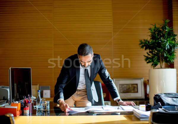Guapo empresario moderna oficina documentos Foto stock © boggy