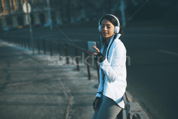 Foto stock: Bastante · mulher · jovem · quebrar · corrida · urbano · fones · de · ouvido