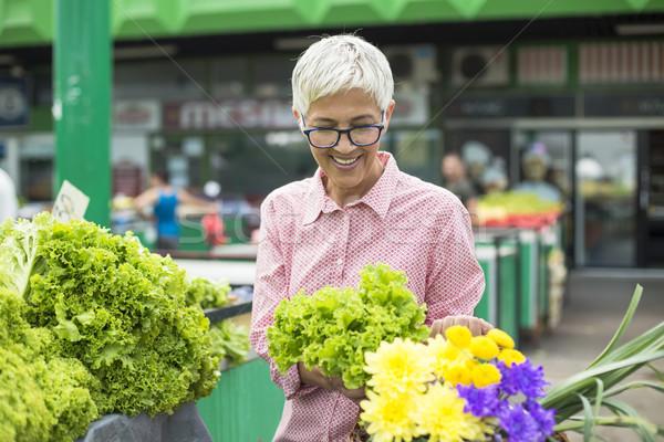 Altos mujer cesta flores lechuga Foto stock © boggy