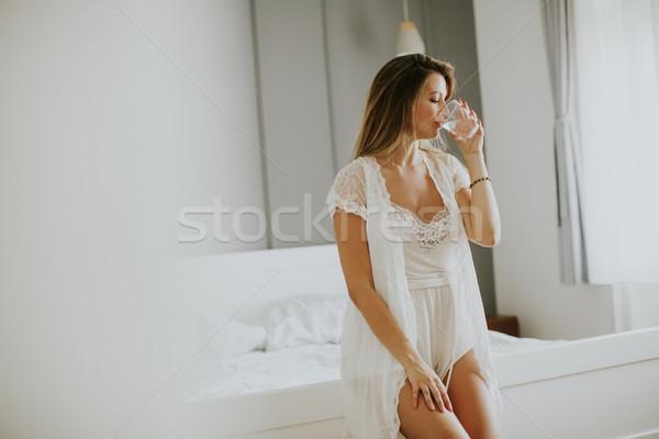 Сток-фото: довольно · питьевая · вода · комнату · стекла · женщину