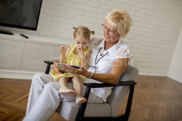 Stockfoto: Grootmoeder · lezing · boek · weinig · kleindochter · kamer