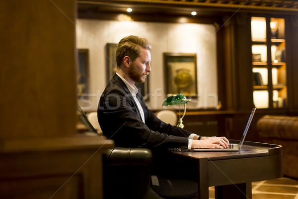 Jonge man werken laptop kamer antieke meubels Stockfoto © boggy