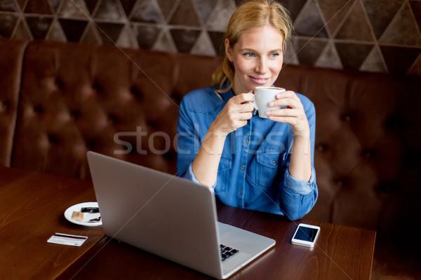 Nő szabadúszó dolgozik laptop kávézó iszik Stock fotó © boggy